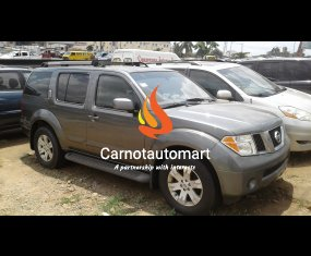 GREY NISSAN PATHFINDER LE 2005